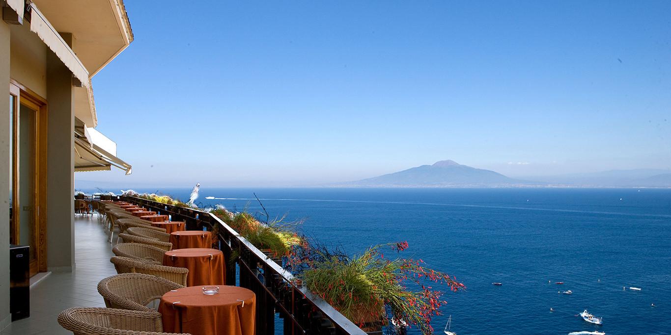 Vista del golfo di Napoli con il Vesuvio dall'Hotel Bristol Sorrento